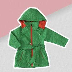 Zelená prechodná bunda dievča