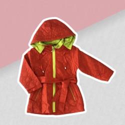Červeno-žltá prechodná bunda dievča