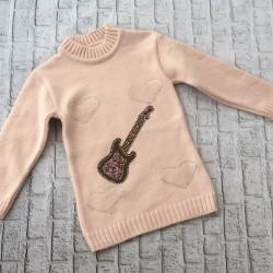 Ružový svetrík s gitarou